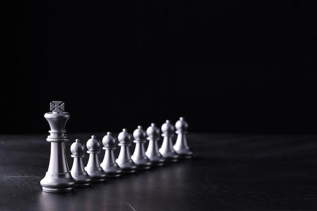 Biznesowa szachowa gra planszowa strategii biznesowej i taktyki na retro drewnianym stole.