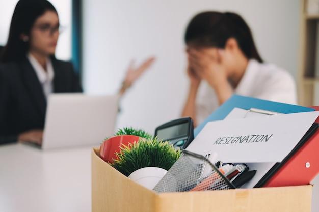 Biznesowa zmiana pracy, bezrobocie, zrezygnowana koncepcja.