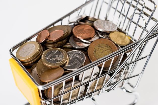 Biznesowe i finansowe, koncepcja zakupy z koszykiem pełnym z wieloma monetami