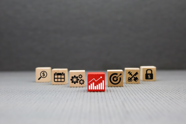 Biznesowe ikony na drewnianych blokach.