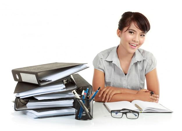 Biznesowe kobiety ono uśmiecha się w biurowym środowisku