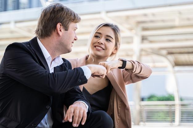 Biznesowe kobiety pomaga wpólnie patrzeć dbają dbają, partnera przyjaciel praca, ubezpieczenia pojęcie wpólnie