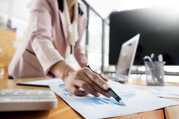 Biznesowe kobiety pracuje na desktop w nowożytnym biurze