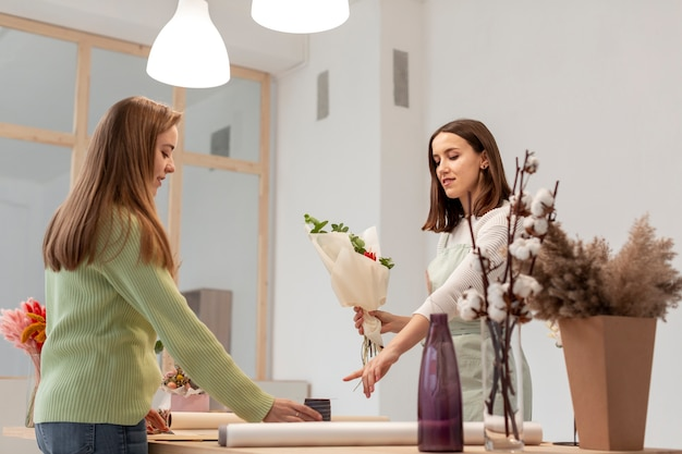 Biznesowe kobiety robi bukietowi tęsk widok