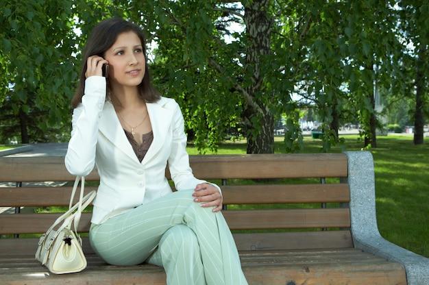 Biznesowe kobiety rozmawiają przez telefon komórkowy