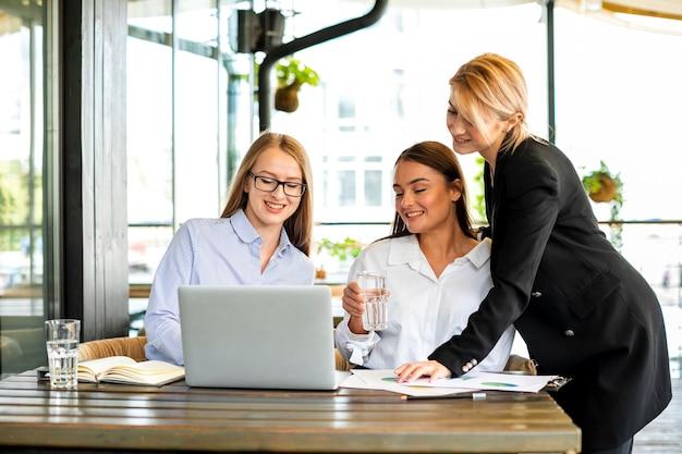 Biznesowe kobiety spotyka przy biurem