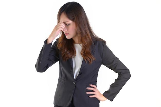 Biznesowe kobiety w garniturze w ten sposób stresują się out na bielu