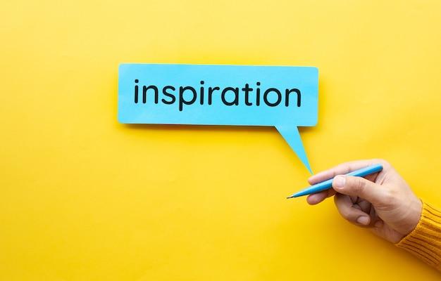 Biznesowe koncepcje kreatywności i inspiracji z osoba ręka trzyma pióro