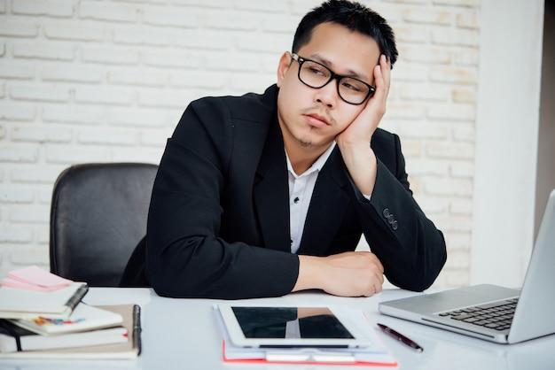 Biznesowego mężczyzna nieszczęśliwi biznesmeni siedzi w biurze