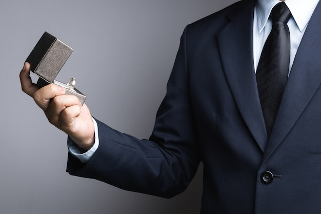 Biznesowego mężczyzna ręki mienia pudełko z pierścionkiem