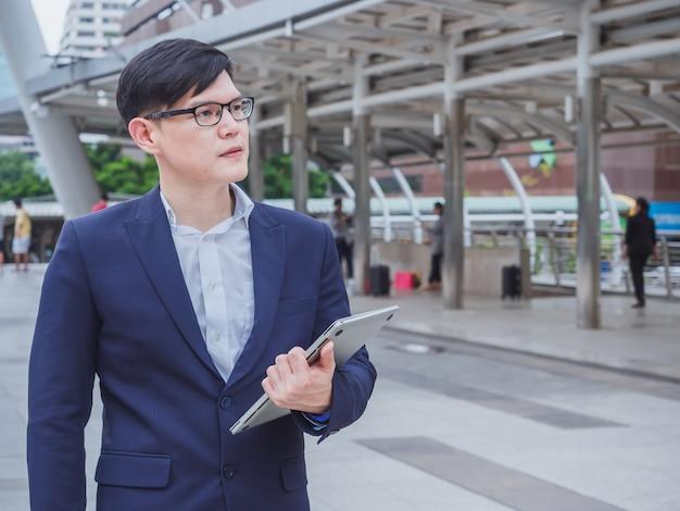 Biznesowego mężczyzna use laptop w mieście