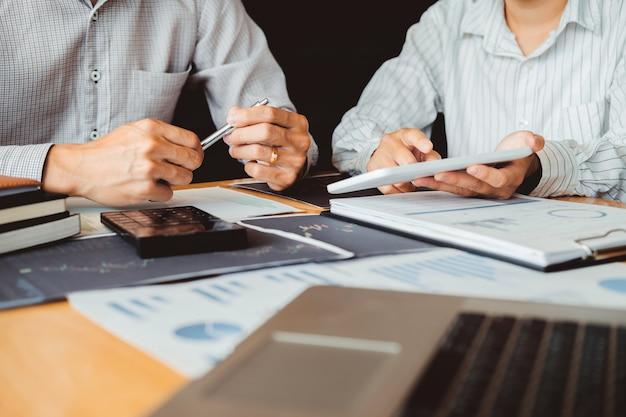 Biznesowego przedsiębiorcy inwestorski drużynowy handel dyskutuje wykres analizy rynku papierów wartościowych i analizuje, akcyjny mapy pojęcie