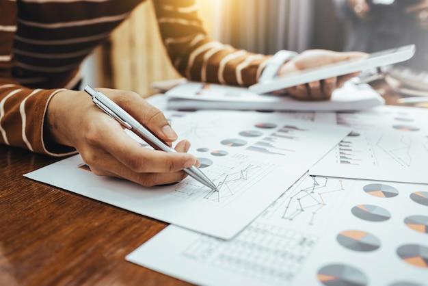 Biznesowej kobiety azjatykci dyskusja dane i analiza wykres dane finansowe.