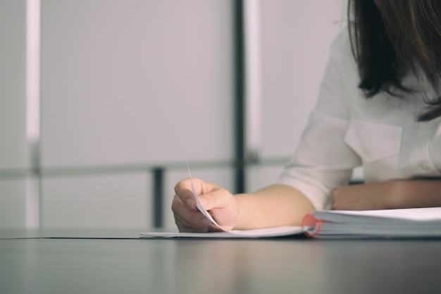 Biznesowej kobiety czytelnicza książka na stole