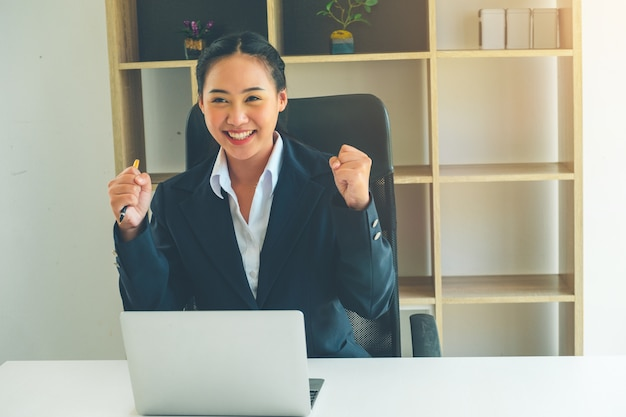 Biznesowej kobiety główkowanie dla planu marketingowego w nieruchomość projekcie
