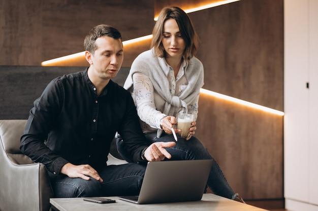 Biznesowej kobiety i biznesowego mężczyzna koledzy pracuje na laptopie