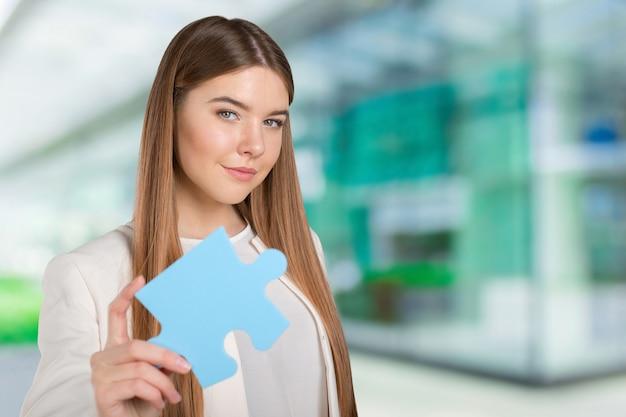 Biznesowej kobiety mienia łamigłówki kawałek