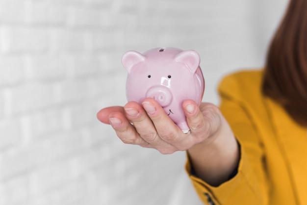 Biznesowej kobiety mienia prosiątka bank