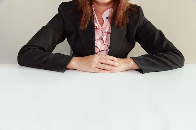Biznesowej kobiety obsiadanie przy biurkiem i czekanie dla przepytującego - przeprowadza wywiad pojęcie.