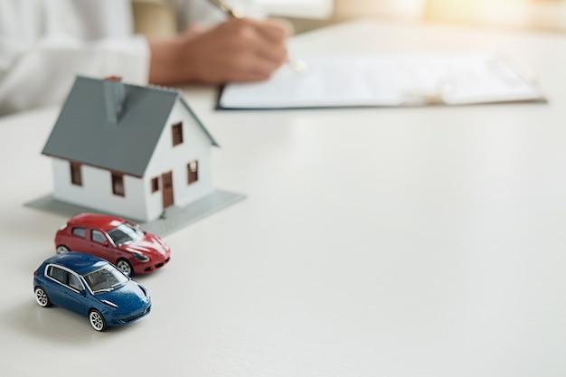 Biznesowej kobiety podpisywania kontrakt kupować dom.