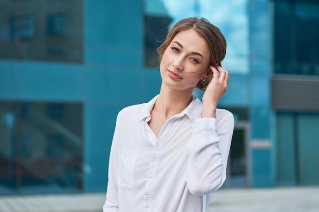 Biznesowej kobiety pomyślna biznesowa osoba plenerowa