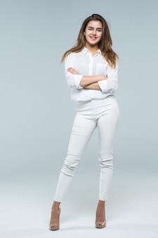 Biznesowej kobiety pozycja w pełnej długości na białym tle.
