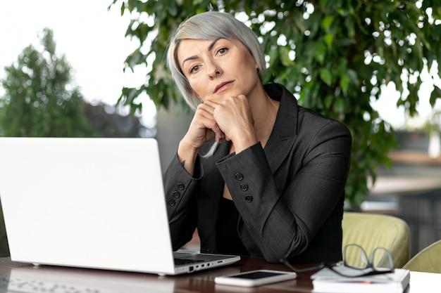Biznesowej kobiety pracujący egzamin próbny