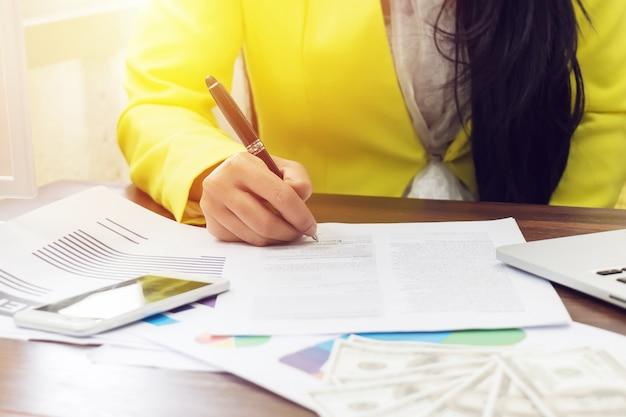 Biznesowej kobiety ręka podpisuje kontrakt, zamyka up. umowa umowy lub koncepcja transakcji biznesowych
