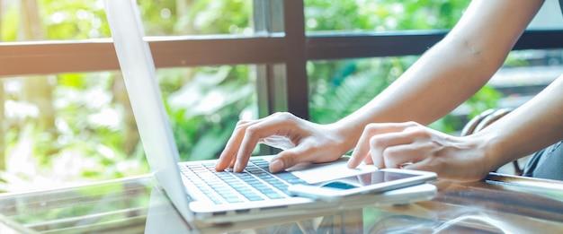 Biznesowej kobiety ręka pracuje z laptopem w biurze.