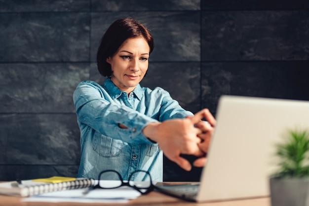 Biznesowej kobiety rozciągania ręki w biurze