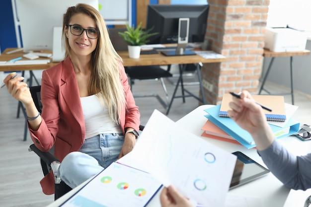 Biznesowej kobiety spotkanie w biurze z mężczyzna dyskutuje wskaźniki.