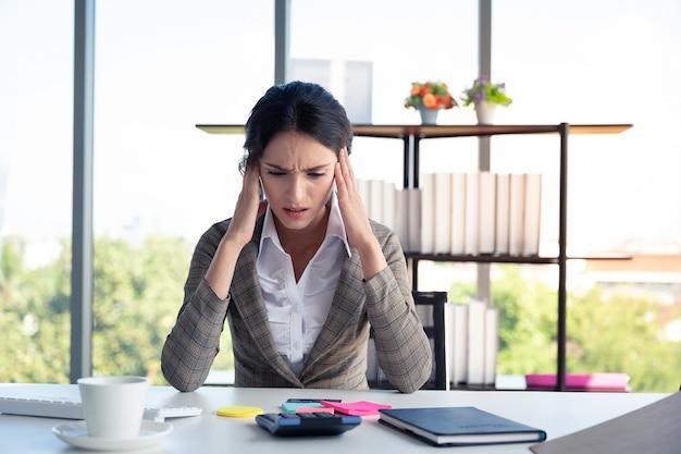Biznesowej kobiety stres podczas pracy w finansowym biurze