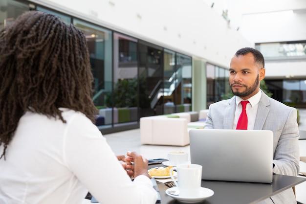 Biznesowi koledzy dyskutuje projekt