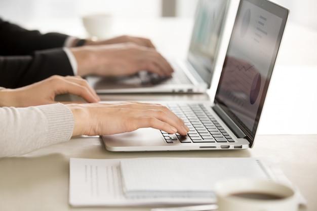 Biznesowi koledzy pracuje na komputerach w biurze