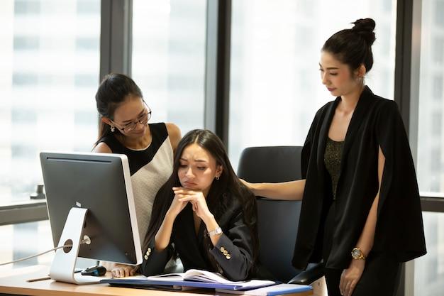 Biznesowi koledzy pracuje przy biurkiem w biurze