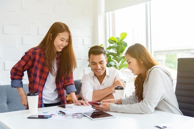 Biznesowi koledzy spotyka o nowym projekcie w biurze. koncepcja pracy zespołowej.