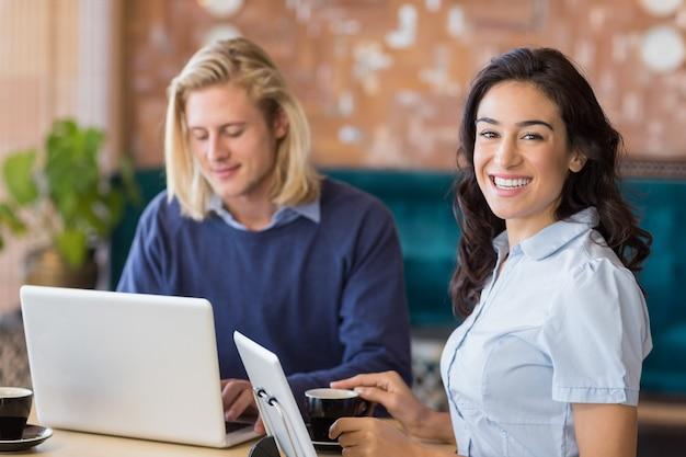 Biznesowi koledzy używa laptop i cyfrową pastylkę
