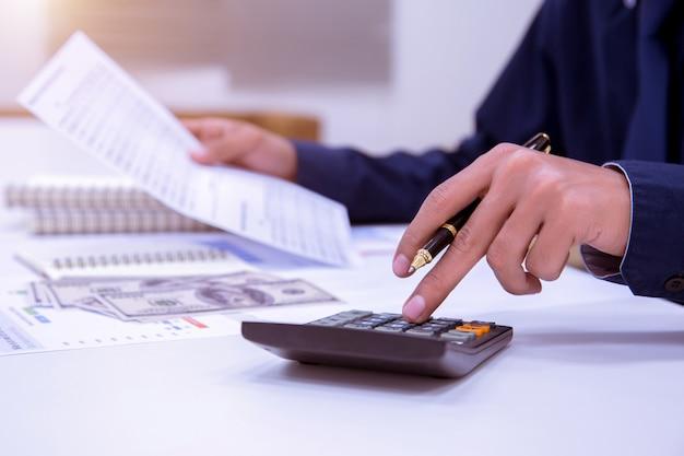 Biznesowi księgowi lub bankowcy dokonują oszczędności.
