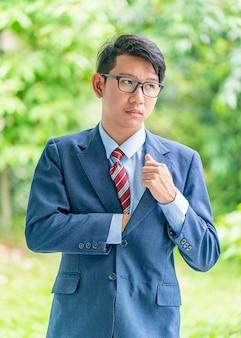 Biznesowi mężczyzna portreta trwanie outside w normie