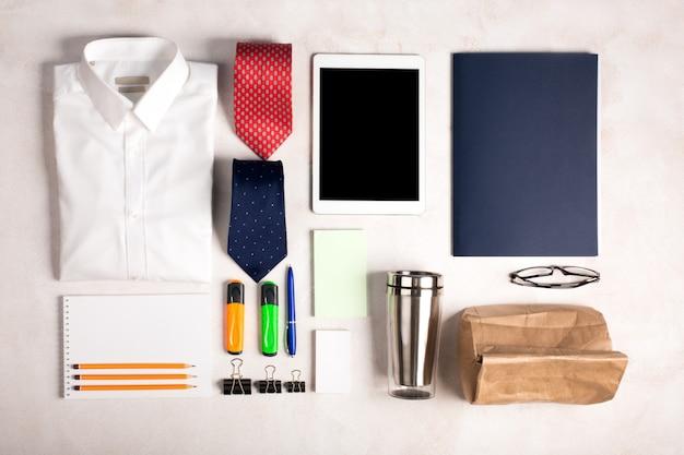 Biznesowi przedmioty na białym biurku, odgórny widok