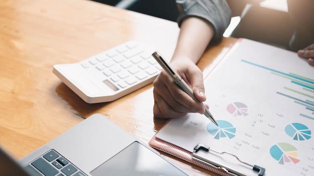 Biznesowy konsultant inwestycyjny analizujący roczny raport finansowy firmy zestawienie bilansowe pracujące z wykresami dokumentów