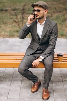 Biznesowy mężczyzna opowiada na telefonie outside