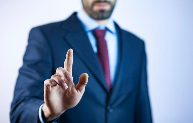 Biznesowy mężczyzna dotyka imaginacyjnego ekran