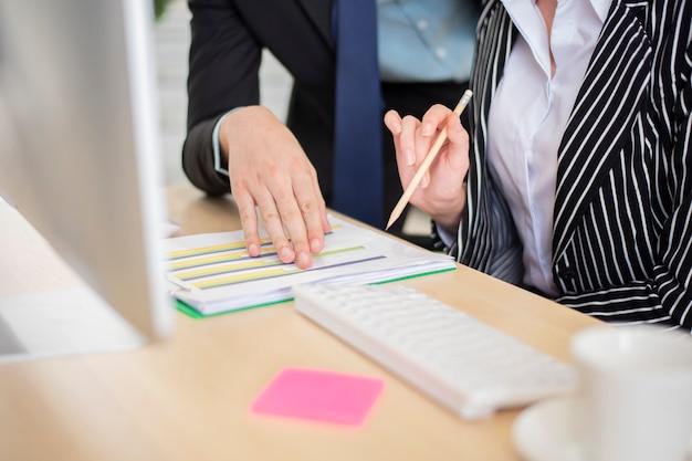 Biznesowy mężczyzna i biznesowa kobieta są analitycznymi danymi biznesowymi