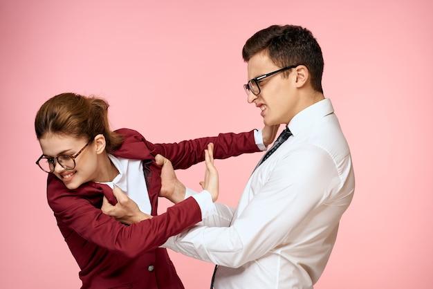 Biznesowy mężczyzna i kobieta, argumentując