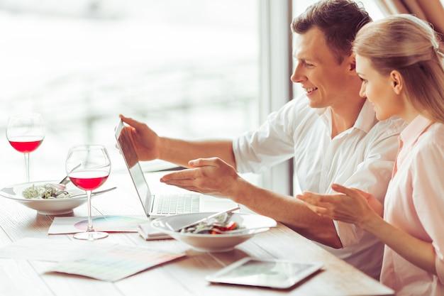 Biznesowy mężczyzna i kobieta dyskutuje biznesowe sprawy.