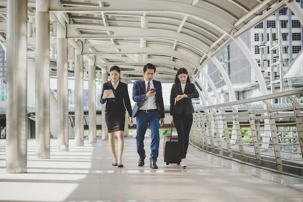 Biznesowy mężczyzna i kobieta iść na podróży służbowej.