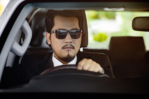 Biznesowy mężczyzna jedzie samochód