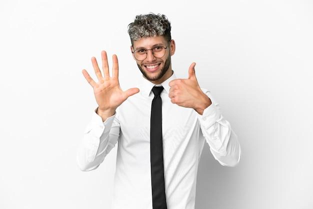 Biznesowy mężczyzna kaukaski na białym tle liczący sześć palcami