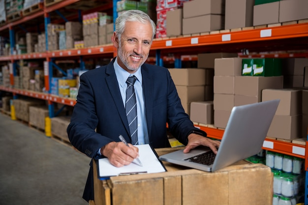 Biznesowy mężczyzna koncentruje podczas jego pracy